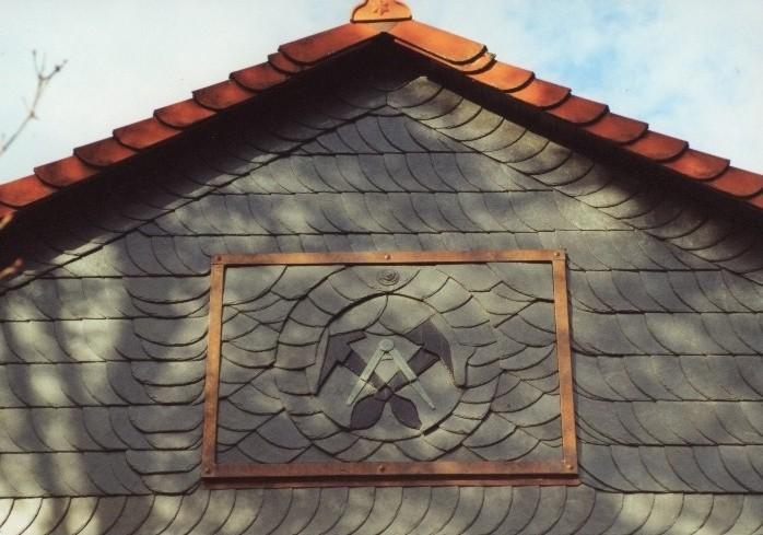Giebelverkleidung mit Dämmung und Naturschiefer einschl. Dachdeckerwappen (Zunftzeichen)